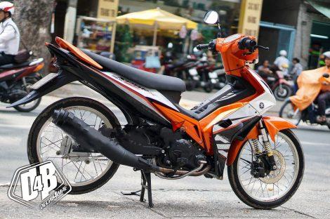 ex3000015 exciter 135 2010 orange white 02